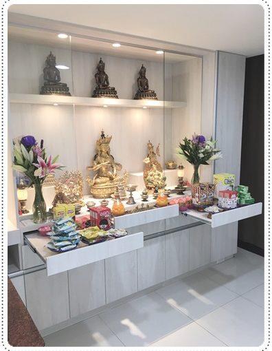 【系統廚具設計高雄】在高雄系統家具公司訂製的佛堂佛櫃經過謹慎的訂作測量及施工,最終呈現出莊嚴神聖的佛堂。