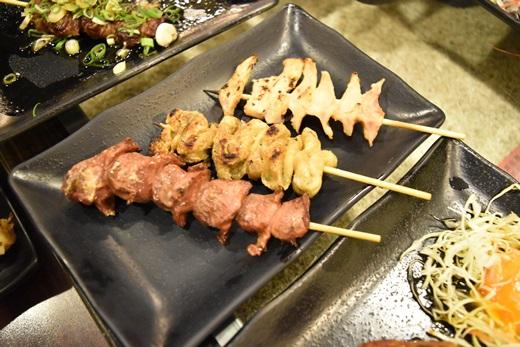 【台中燒烤店推薦】來到超好吃的聚餐餐廳,不僅對美食很用心,就連這間居酒屋的環境也是我看過這麼多推薦的美食餐廳介紹裡,最有日本風氣的了,大推大推~