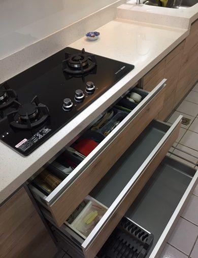 【系統廚具設計】台中評價品質實在的系統廚具公司|ptt上也有好評★櫥櫃工廠直營門市也有詢問過,但這家兼顧質感及實用性的櫥櫃公司還是較得我心