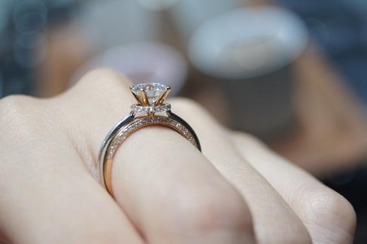 【台中鑽戒】這間不僅婚戒很推薦就連其他鑽戒也很受ptt歡迎#質感的gia鑽戒滴加!就連鑽石回收也讓人很滿意的銀樓唷~