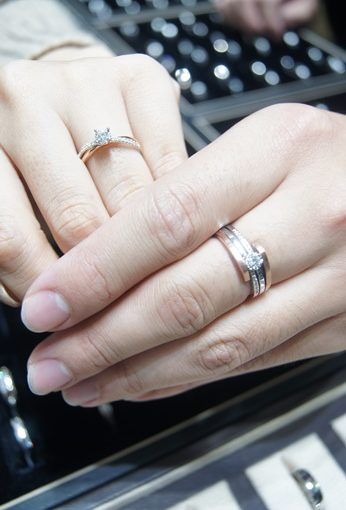 【台中婚戒推薦】鑽戒怎麼挑?鑽石怎麼買?結婚鑽石對戒分享●GIA鑽石買得有保障.聽到鑽石價錢還會心裡偷偷竊笑~~好實在的價格啊!