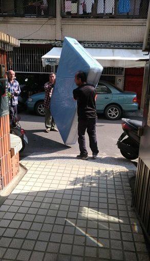 【高雄床墊】記憶床墊VS乳膠床墊推薦|PTT熱門品牌※床墊老工廠製作,買了乳膠獨立筒床墊◆分享傢俱店挑選床墊細節