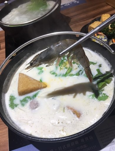 人氣火鍋:【台中一中美食】約會聚餐氣氛佳●超飽滿龍蝦特輯◎海鮮份量實在又新鮮!